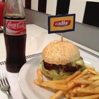 Foto tirada no(a) Cadilac American Burger por Letícia em 6/18/2012