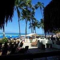 Foto diambil di Duke's Waikiki oleh Teresa O. pada 7/25/2012