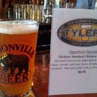 Foto tirada no(a) Tyler's Restaurant & Taproom por Glenn G. em 1/17/2012