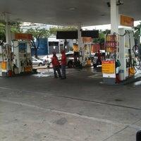 Foto tirada no(a) Posto Wap (Shell) por Ricardo D. em 2/22/2012