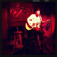 รูปภาพถ่ายที่ Smokin' Tuna Saloon โดย Ashley E. เมื่อ 9/17/2011