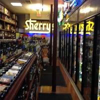 Foto tomada en Sherry's Wine & Spirits por Charlie A. el 12/14/2011