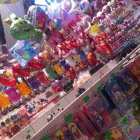 Foto scattata a Globos Fiestas Miguel da CocO P. il 4/26/2012