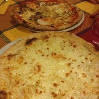 Foto tomada en Pizzeria Al Gambero por Michela Z. el 7/20/2012