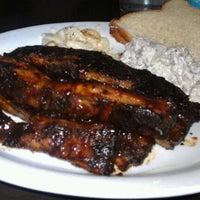 Foto tomada en T-Rex Barbecue por Ben G. el 11/10/2011