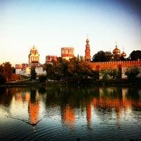 7/31/2012 tarihinde Рамziyaretçi tarafından Novodevichy Park'de çekilen fotoğraf