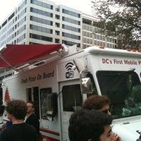 รูปภาพถ่ายที่ DC Slices โดย Eva S. เมื่อ 8/5/2011