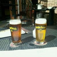 Foto tomada en Gordon Biersch Brewery Restaurant por Tish C. el 3/1/2012