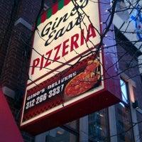 Foto tomada en Gino's East por Aaron Chiklet A. el 1/9/2012