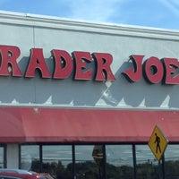 รูปภาพถ่ายที่ Trader Joe's โดย Andrea V. เมื่อ 4/20/2012