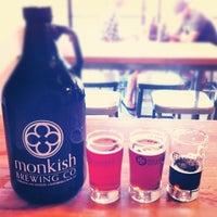 รูปภาพถ่ายที่ Monkish Brewing Co. โดย Alex W. เมื่อ 7/29/2012