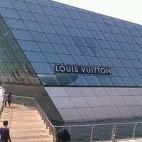 Foto scattata a Louis Vuitton Island Maison da icebat il 9/24/2011