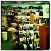 Foto tomada en Bedrock City Comic Company por Esther P. el 7/23/2012