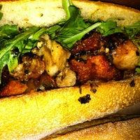 Foto tomada en La Tour Cafe por Clayton W. el 6/10/2012