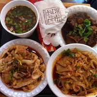 Photo prise au Xi'an Famous Foods par Sandy K. le7/12/2012