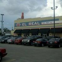 Foto tirada no(a) El Real Tex-Mex Cafe por Rubix R. em 6/18/2012