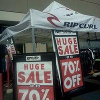1cebe7ef6f0 ... Foto tomada en Rip Curl Surf Outlet por Tyler W. el 10 8  ...