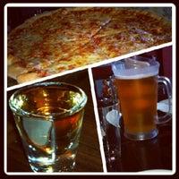 Photo prise au The Pizza Pub par Manny L. le6/2/2012