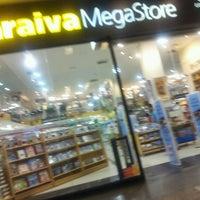 Foto tirada no(a) Saraiva MegaStore por Nathan R. em 6/14/2012