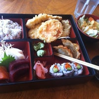 Foto tirada no(a) Akira Sushi Bistro por Gina T. em 5/22/2012