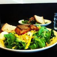 Foto tomada en Sprout Cafe por Jenny B. el 5/27/2012