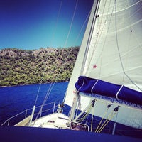 รูปภาพถ่ายที่ Mavi Deniz โดย Oktay G. เมื่อ 8/22/2012