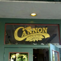 Foto tirada no(a) The Cannon Brew Pub por Beverly R. em 5/7/2012
