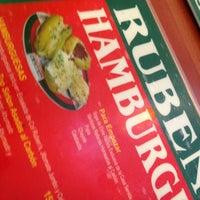Foto tomada en Ruben's Hamburgers por Daniel el 9/4/2012