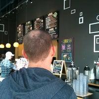 รูปภาพถ่ายที่ Yellow Dot Cafe โดย Nathan L. เมื่อ 2/26/2012
