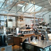 รูปภาพถ่ายที่ Intelligentsia Coffee & Tea โดย Julien P. เมื่อ 12/9/2011