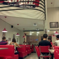 Foto tirada no(a) Cadilac American Burger por Tiago C. em 5/9/2012