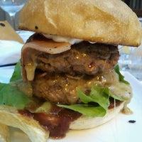 7/29/2012 tarihinde emiliano M.ziyaretçi tarafından QUARTO Burger & Drinks'de çekilen fotoğraf