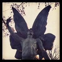 Foto tirada no(a) Green-Wood Cemetery por Luci W. em 1/25/2012