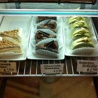 Das Foto wurde bei Artisan Foods Bakery & Café von Meredith am 5/5/2011 aufgenommen