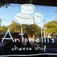 Foto tomada en Antonelli's Cheese Shop por Rachel M. el 9/24/2011