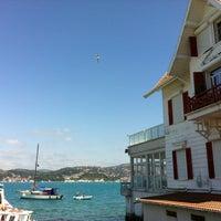 Das Foto wurde bei Yeniköy Sahili von Ahmet Ç. am 6/10/2012 aufgenommen