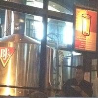 Foto scattata a BJ's Restaurant & Brewhouse da Lada il 8/19/2012