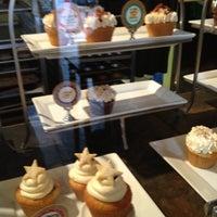 8/30/2012 tarihinde Carlo T.ziyaretçi tarafından The Yellow Leaf Cupcake Co'de çekilen fotoğraf
