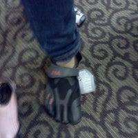 Das Foto wurde bei DSW Designer Shoe Warehouse von Vanessa L. am 9/10/2011 aufgenommen
