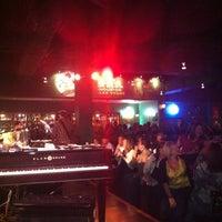 Photo prise au Pete's Dueling Piano Bar par Sue Miller P. le10/16/2011