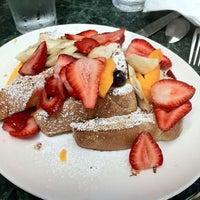6/30/2012 tarihinde Winter V.ziyaretçi tarafından Plums Cafe and Catering'de çekilen fotoğraf