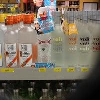 Foto scattata a The Liquor Outlet da Devotion V. il 4/2/2012