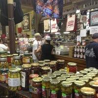 Foto tomada en Central Grocery Co. por James W. el 8/4/2012