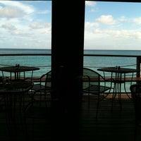 Foto scattata a Surfers Cafe da Kirk R. il 8/17/2011