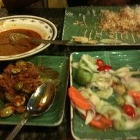 Foto scattata a Restoran Kari Kepala Ikan SG da Stephanie S. il 6/12/2011