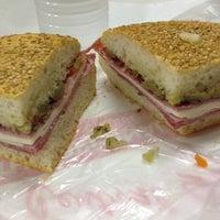 Foto tomada en Central Grocery Co. por Jamie P. el 7/24/2012