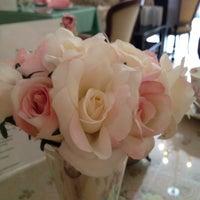 Foto scattata a English Rose Tea Room da Penny H. il 9/5/2012