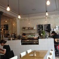 รูปภาพถ่ายที่ Coutume Café โดย Olivier N. เมื่อ 5/5/2012