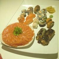 Foto tirada no(a) Kurokawa Sushi Bar por Débora R. em 7/25/2012