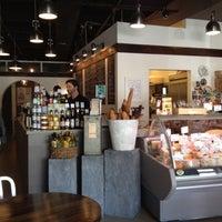 Das Foto wurde bei C'est Cheese von Carlynne W. am 4/28/2012 aufgenommen